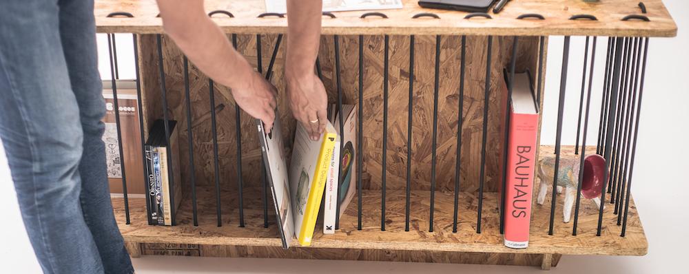 Almacenamiento flexible de la tabla entre las cuerdas de caucho y OSB aglomerado