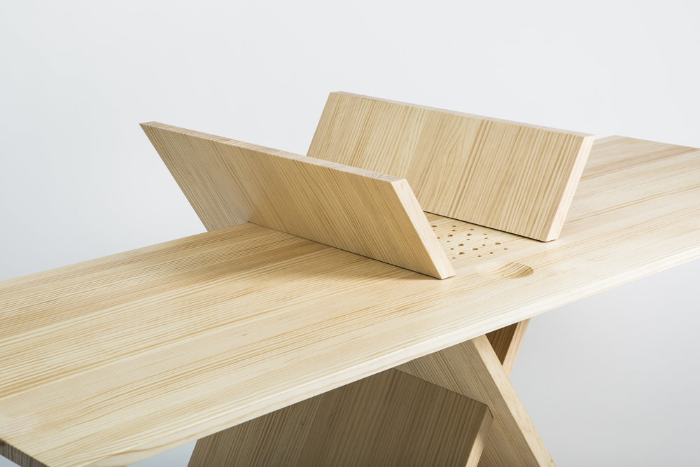 Minimalist desk by MAYICE and EX Architects
